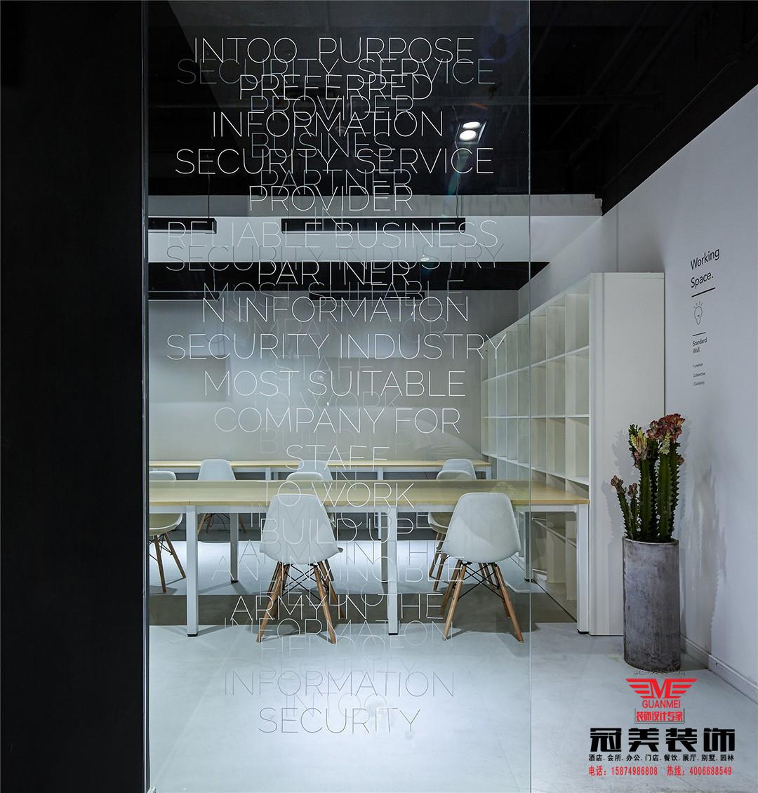 为了消除办公空间以往严肃紧张的固有印象,我们在平面功能最大化的基础上, 营造丰富的灰空间,黑白极简的设计语言在节省造价的同时完美契合了IT公司的现代感与科技感。而木质的飘窗是整个黑白空间的一抹暖色,在有限的面积中为员工营造了轻松的阅读与交流空间,丰富的玻璃隔断形成通透的空间,相互贯穿,模糊了空间属性,从而削弱小空间带来的局促感。